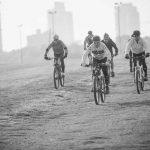 קבוצת רכיבה על אופניים - תמונת שחור ולבן