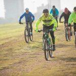 קבוצת רוכבים על אופניים