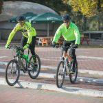 2 גברים רוכבים על אופניים