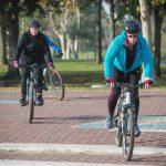 גבר ואישה רוכבים על אופניים