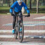 איש רוכב על אופניים