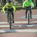 2 גברים ריכבים על אופניים