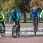 רוכבים על אופניים