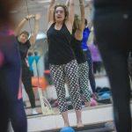 אישה מבצעת מתיחות במורפיט - מרכז ספורט וכושר לחיים מורפיט רמת גן