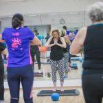 מדריכה מעבירה שיעור יוגה במורפיט - מרכז ספורט ברמת גן