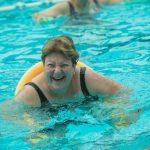 אישה שוחה במורפיט - מרכז כושר ובריאות ברמת גן