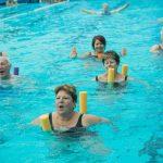 אנשים שוחים במורפיט - מרכז כושר ובריאות ברמת גן