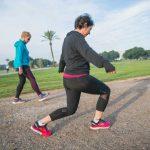 אישה עושה מתיחות לפני ריצה