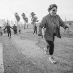 אישה מבוגרת עושה הליכה