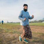 אישה רצה בקבוצת הריצה בפארק הירקון