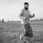 אישה רצה בקבוצת הריצה בפארק הירקון - תמונה שחור ולבן