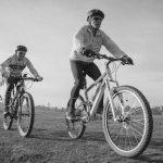 אישה רוכבת על אופניים תמונת שחור ולבן