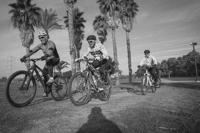 רוכבים על אופניים בפארק הירקון