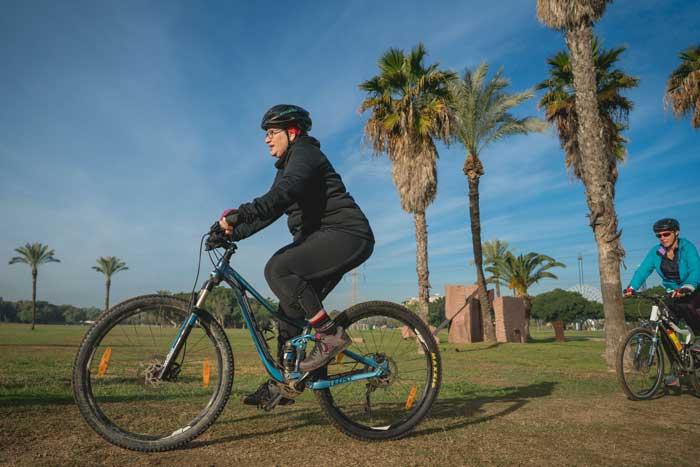 אישה רוכבת על אופניים