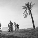 רכיבה על אופניים בפארק הירקון - צילום שחור לבן