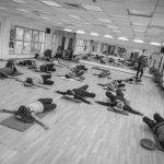 אימון כושר על מזרון במורפיט מרכז ספורט במרכז תמונת שחור לבן